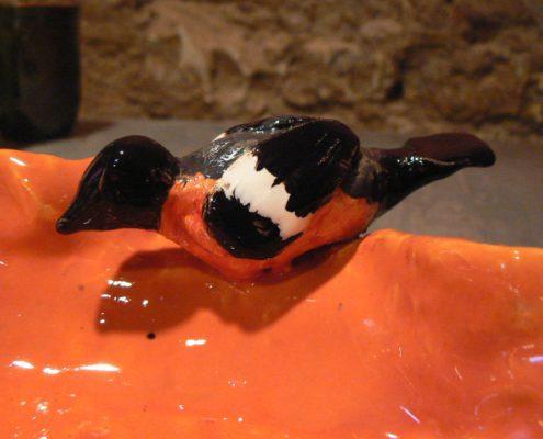 Kurz keramiky pro dospělé Praha - detail glazovaného pítka pro ptáky