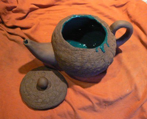 Kroužek keramiky Praha - burelová hlína zdobená glazurou a vyrýváním zavadlého střepu