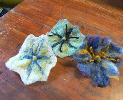 plstěná květiny - brože, plstění mokrou cestou