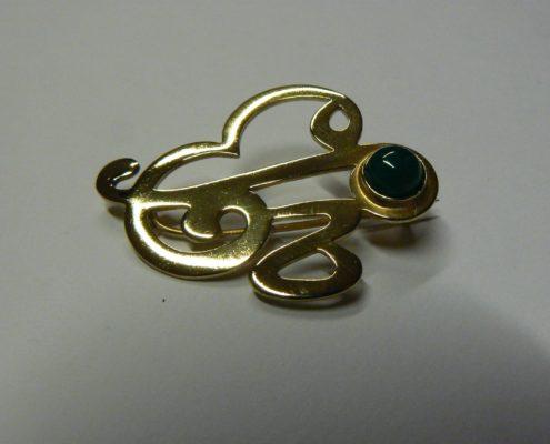 Kur výroby šperku Praha 1- Chrysopras – mosazná brož monogram