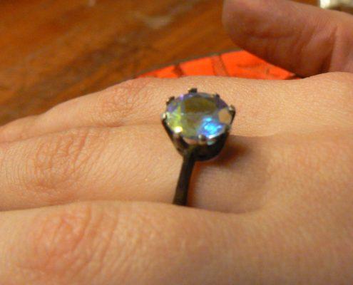 Kurs výroby šperků Praha - Stříbrný oxidovaný prsten mistic topaz zasazený v korunce