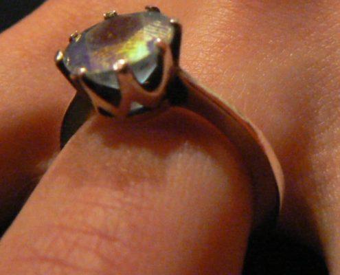 Kurz výroby šperků Praha - Detail zasazení kamenu stříbrného oxidovaného prstenu
